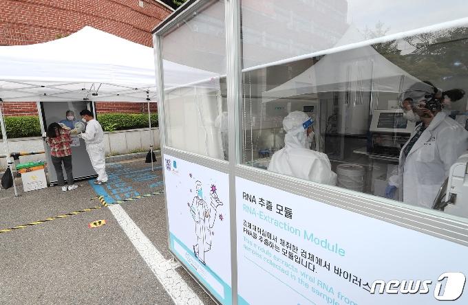[사진] 코로나19 신속분자진단검사 받는 서울대 교직원·학생들