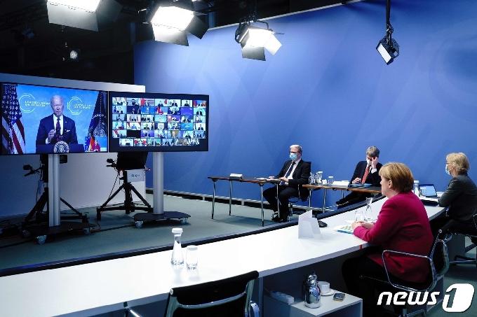 [사진] 바이든의 화상 기후 정상회의 발언 듣는 메르켈