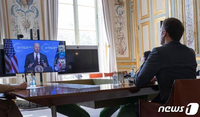 [사진] 바이든의 화상 기후 정상회의 발언 듣는 마크롱