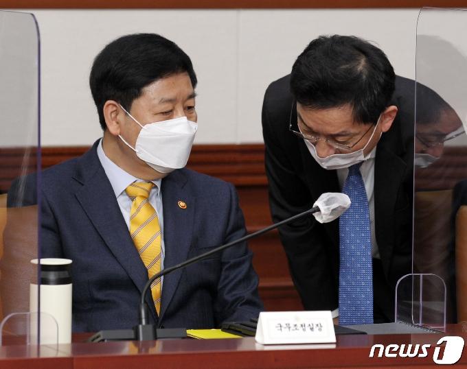[사진] 대화 나누는 국무조정실장과 국무2차장