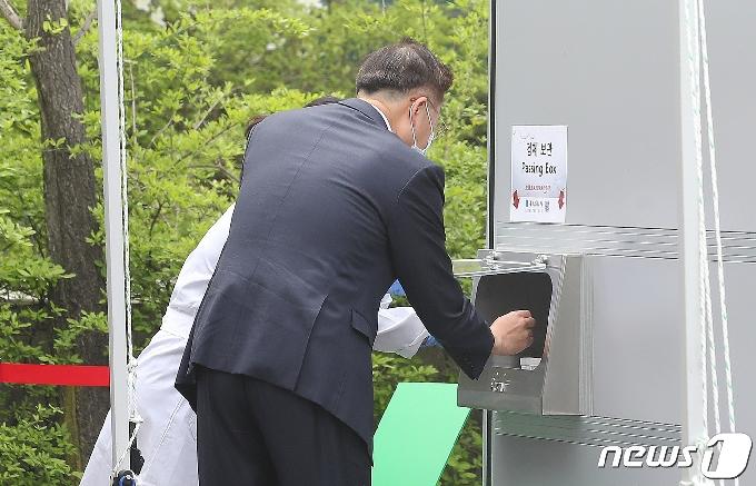 [사진] 김연수 서울대병원장, 코로나19 신속분자진단검사
