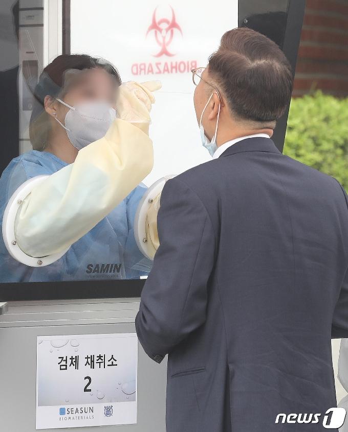[사진] 코로나19 신속분자진단검사 나서는김연수 서울대병원장