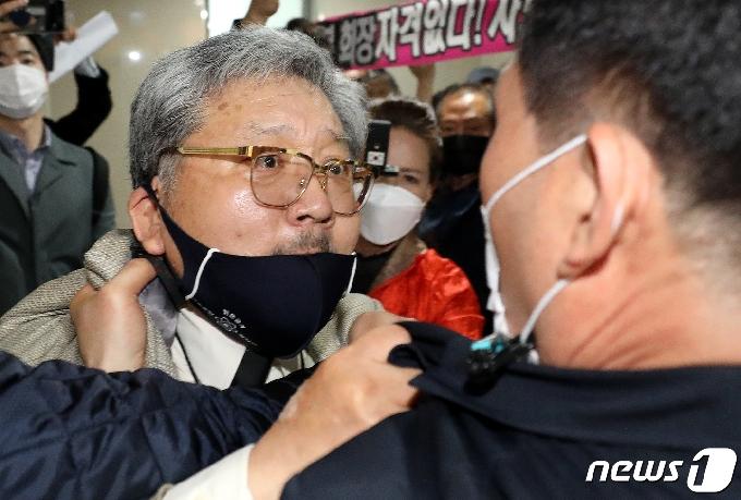 [사진] 광복회 상벌위원회장 앞 아수라장