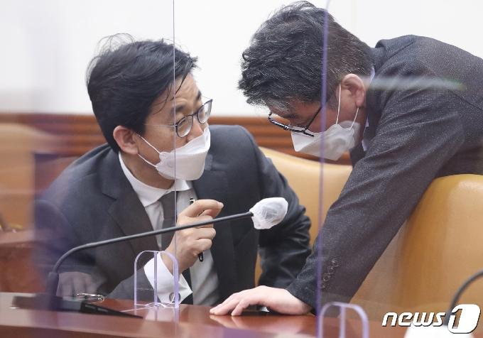 [사진] 대화하는 최종문 외교부 2차관과 류근혁 사회정책비서관