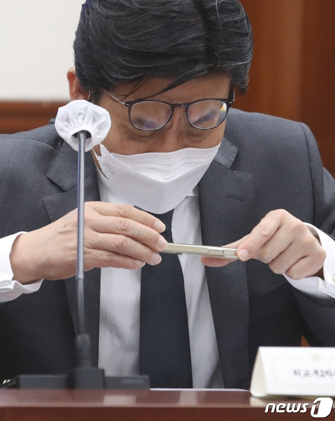 [사진] 자료 살피는 최종문 외교부 2차관