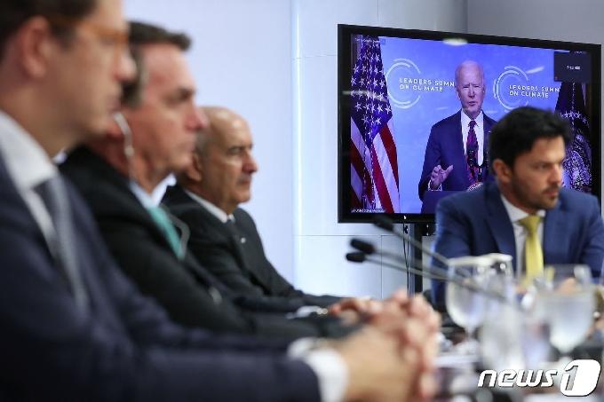 [사진] 화상 기후 정상회의 바이든 발언 듣는 브라질 대통령