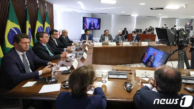 [사진] 각료와 바이든 발언 듣는 보우소나루 브라질 대통령