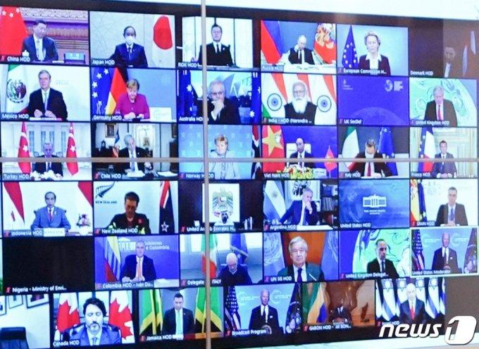 (서울=뉴스1) 유승관 기자 = 22일 청와대 상춘재에서 화상으로 열린 기후정상회의에서 문재인 대통령(윗줄 왼쪽 세 번째)을 비롯한 시진핑 중국 국가 주석, 스가 요시히데 일본 총리 등 각국 정상의 모습이 화면에 나오고 있다. 2021.4.22/뉴스1