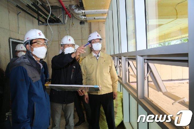명현관 해남군수가 군 신청사 공사현장을 점검하고 있다.© 뉴스1