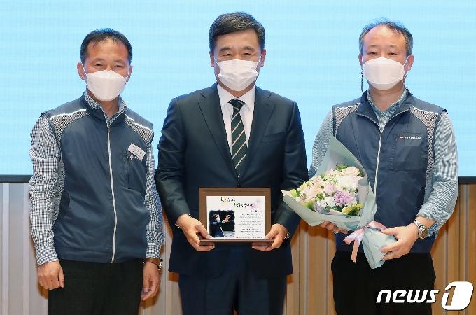 [사진] 노조 감사패 받은 서정협 행정1부시장