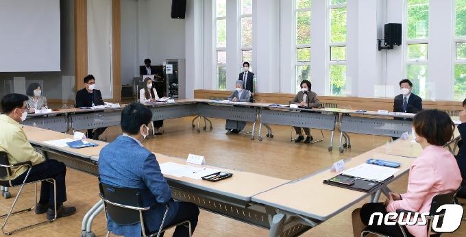 [사진] 유은혜 부총리,  아동·청소년 보호기관 종사자와 간담회