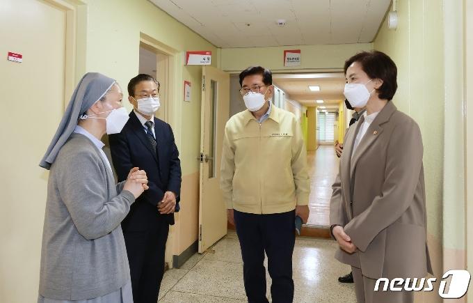 [사진] 유은혜 부총리, 아동복지시설 방문