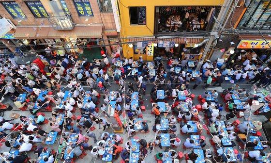 '2018 을지로 노맥(노가리와 맥주) 축제'가 시민들로 붐비고 있다. /사진=뉴스1