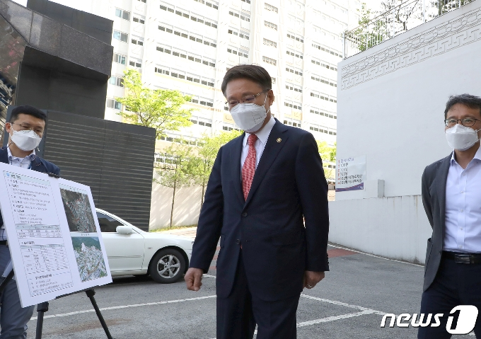 [사진] 현장에서 고충민원 현황 브리핑 듣는 이정희 권익위 부위원장