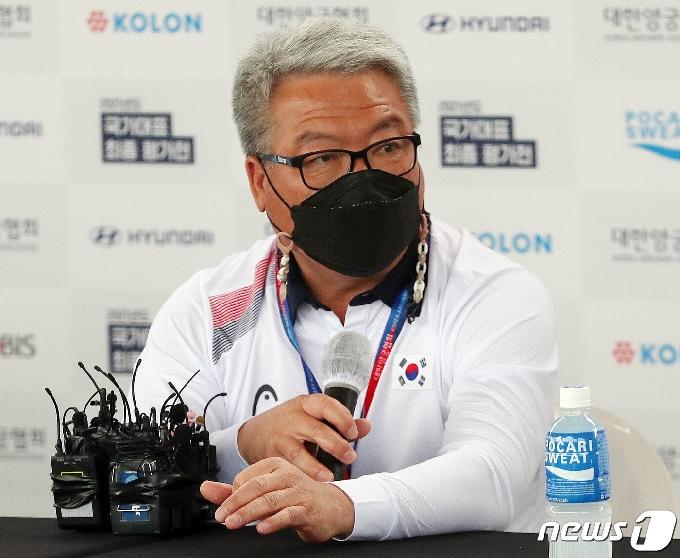 [사진] 취재진 질문에 답하는 박채순 총감독