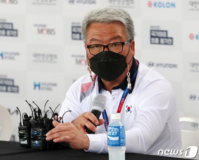 [사진] 질문에 답하는 박채순 양궁 국가대표 총감독