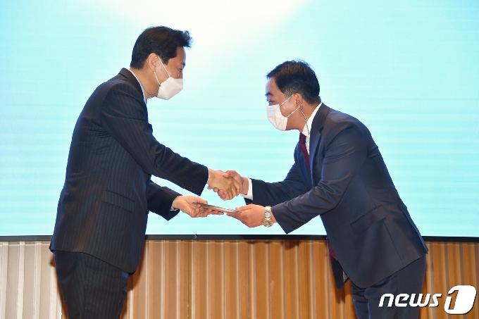 [사진] 김학진 행정2부시장에게 공로패 수여하는 오세훈 시장