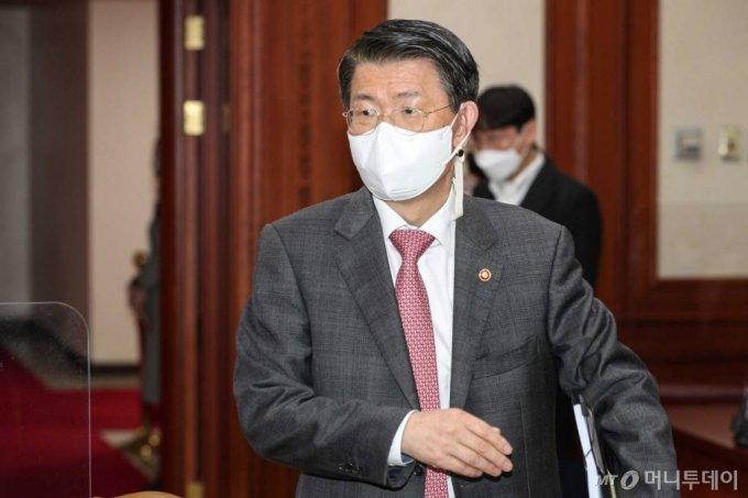 은성수 금융위원장이 15일 종로구 정부서울청사에서 열린 대외경제장관회의에 참석하고 있다. /사진=홍봉진 기자 honggga@