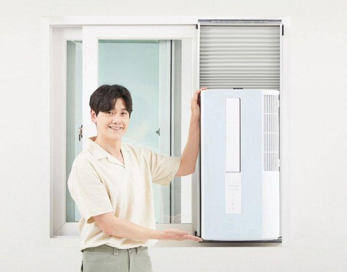 삼성전자 모델이 설치 환경 제약없이 방방마다 시원함을 즐길 수 있는 창문형 에어컨 '윈도우 핏'을 소개하고 있다./사진제공=삼성전자