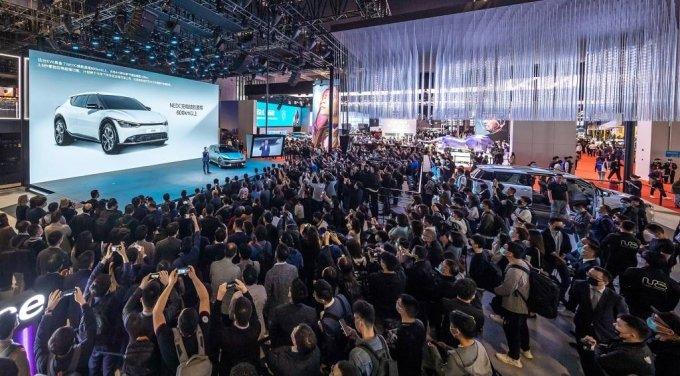 [서울=뉴시스]기아는 19일(현지시간) 중국 상하이 컨벤션 센터에서 열린 2021 상하이 국제 모터쇼에 참가했다. 류창승 둥펑위에다기아 총경리가 EV6를 소개하고 있다. (사진=기아 제공) 2021.04.19. photo@newsis.com *재판매 및 DB 금지