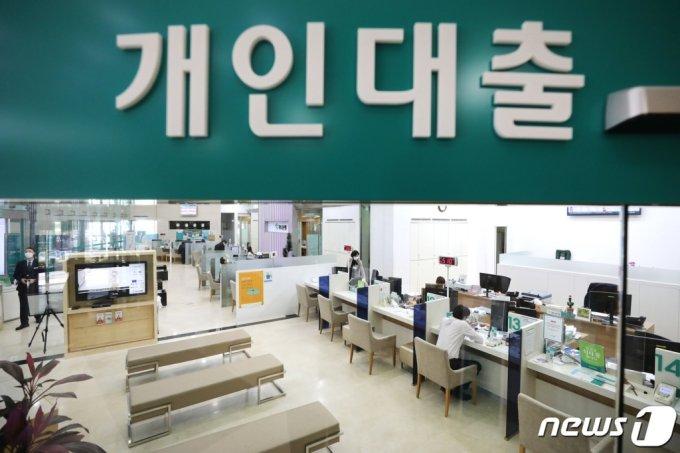 (서울=뉴스1) 임세영 기자 = 10일 오후 서울 시내의 한 은행 창구에서 시민이 대출상담을 받고 있다. 올해 2월 가계대출이 1000조원을 넘어섰다. 이날 한국은행이 발표한 '2021년 2월중 금융시장 동향'에 따르면 지난달 말 은행 가계대출 잔액은 1003조1000억원으로 전월에 비해 6조7000억원 증가했다. 매년 2월 증가액 기준으로 보면 통계가 작성된 2004년 이후 두 번째로 큰 증가폭이다. 2021.3.10/뉴스1