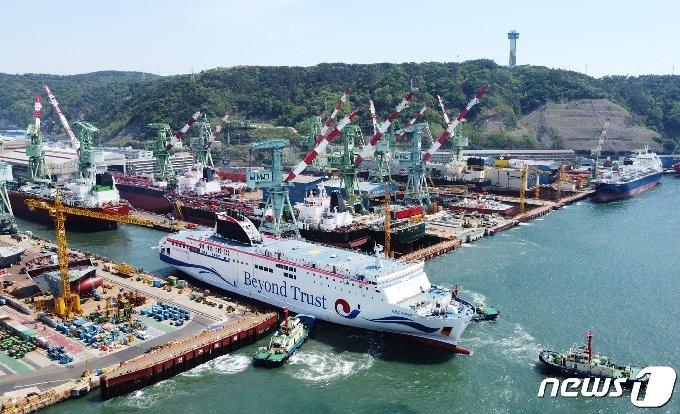 현대미포조선은 27일 울산 본사에서 2만7000톤급 로팩스(RO-PAX, 여객·화물겸용선)인 '비욘드 트러스트(BEYOUND TRUST)'호를 진수했다.© 뉴스1