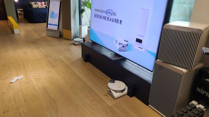 지난 27일 서울 강남구 삼성디지털플라자 강남본점. 음성명령을 받고 TV 주변을 청소하고 있는 '비스포크 제트봇 AI'./사진=오문영 기자
