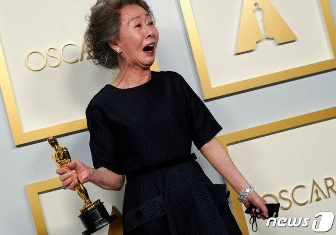 배우 윤여정이 25일(현지시간) 캘리포니아주 로스앤젤레스의 유니언 스테이션에서 열린 제93회 아카데미 시상식서 여우 조연상 트로피를 들고 기뻐하고 있다.  (C) AFP=뉴스1