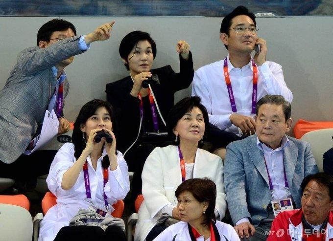 2012년 7월 28일 런던올림픽파크 아쿠아틱센터를 찾은 이건희 IOC 위원(오른쪽)과 가족들이 경기를 관람하고 있다. 이 회장 왼쪽부터 시계방향으로 부인인 홍라희 전 리움미술관장, 이부진 호텔신라 사장, 한 사람 건너 이서현 삼성복지재단 이사장, 이재용 삼성전자 부회장/사진=런던=올림픽사진공동취재단