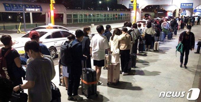 지난 25일 오후 9시45분쯤 제주국제공항 택시승강장에서 관광객들이 차량을 기다리고 있다. 저녁 늦은 시간에도 관광객이 붐비며 거리두기가 지켜지지 않는 모습이다. /사진=뉴스1