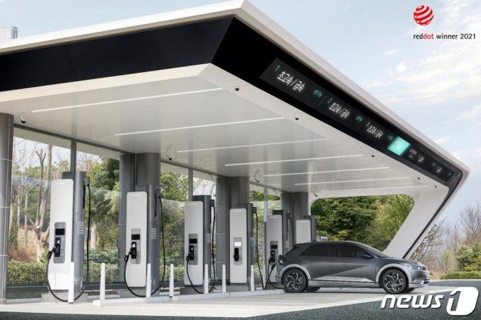(서울=뉴스1) = 현대자동차그룹은 23일 초고속 충전인프라 20개소 120기 구축을 시작으로 충전 생태계 플랫폼 육성계획 등 미래 충전 비전을 제시하는 신규 브랜드 'E-pit'(이-피트)를 공개한다고 밝혔다.  E-pit 충전소는 오는 4월 중순에 전국 12개 고속도로 휴게소(72기)에서 개소할 계획이다. 도심 내 주요 거점에도 충전소 8개소(48기)를 순차적으로 선보이면서 지속해서 확대 구축할 예정이다. DC콤보 타입1의 모든 전기차는 E-pit 충전소에서 충전이 가능하다. (현대자동차그룹 제공) 2021.3.23/뉴스1