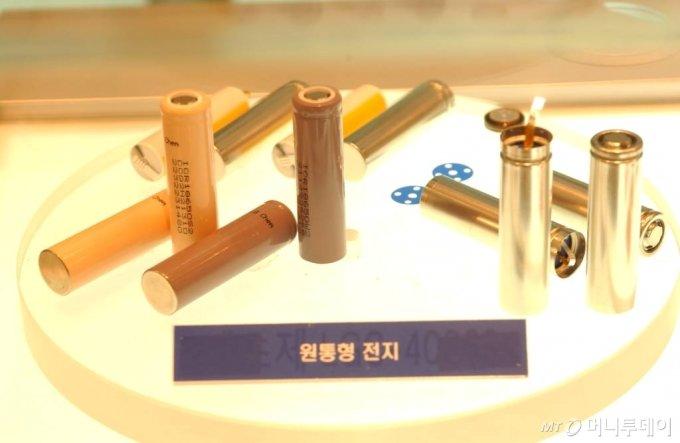 2005년 LG화학이 세계에서 처음 생산한  2600mAh급 원통형 리튬이온 2차전지