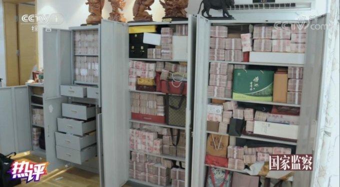 집 안 곳곳에 쌓아둔 현금다발/사진=중국 인터넷