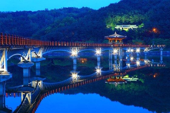 ▲월영교에 LED등이 만들어져 야경명소로 유명하다. /사진=경상북도 제공