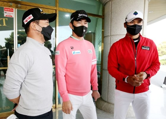 2라운드 종료 후 인터뷰에 나선 박찬호, 김형성, 박재범(오른쪽부터)./사진=KPGA