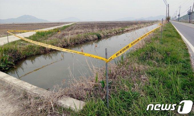흉기에 찔려 숨진 30대 여성 B씨의 시신이 발견된 인천 강화군 농수로. /사진=뉴스1