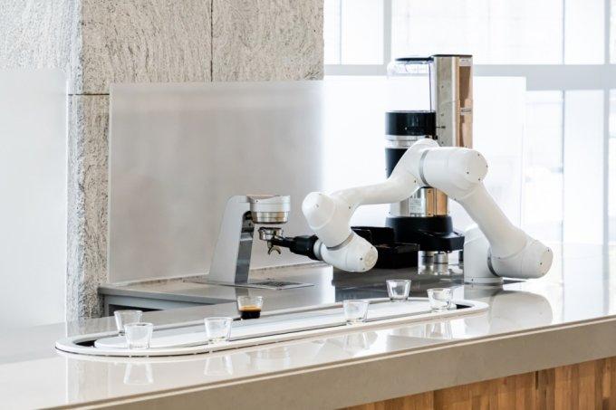 에스프레소 추출 '커피로봇' 정식운영…바리스타 돕는다