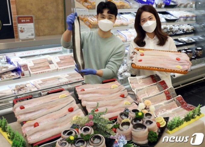 지난달 24일 오전 이마트 성수점 수산 매장에서 모델들이 국내산 민물장어 할인 행사를 소개하고 있다. /사진=뉴스1