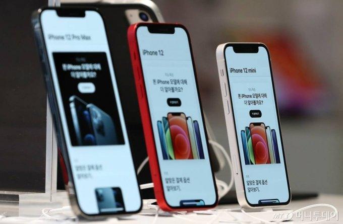 애플 첫 5G 스마트폰 아이폰12 시리즈 /사진=김휘선 기자 hwijpg@