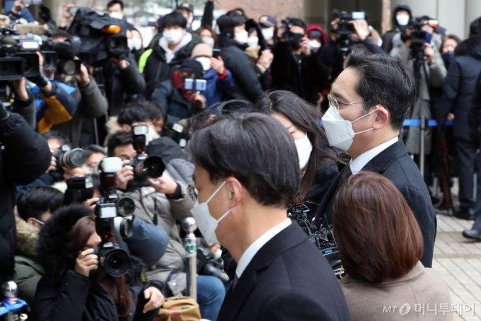 이재용 삼성전자 부회장이 지난 1월18일 서울고법에서 열린 국정농단 사건 파기환송심 선고 공판에 출석하고 있다. 이 부회장은 이날 징역 2년 6개월을 선고받고 구속 수감됐다. /사진=이기범 기자 leekb@