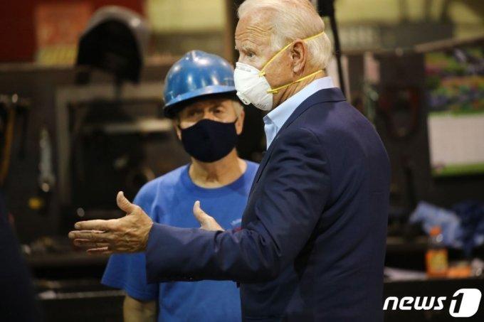 (던모어 AFP=뉴스1) 우동명 기자 = 조 바이든 미국 민주당 대선후보가 9일(현지시간) 펜실베이니아주 던모어에 있는 제조업 공장을 마스크를 쓰고 방문해 노동자들과 얘기를 하고 있다.  (C) AFP=뉴스1