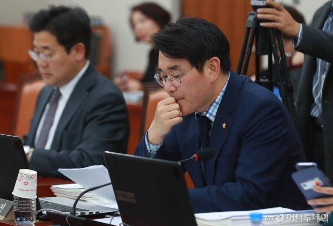 박용진 더불어민주당 의원이 2019년 3월11일 국회교육위원회 전체회의에서 참석해 회의를 준비하고 있다. /사진=이동훈 기자 photoguy@