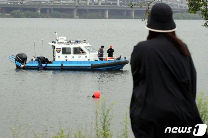 지난달 30일 오후 서울 반포한강공원 인근에서 실종된 대학생 손씨가 숨진채 발견됐다. 사진은 이날 반포한강에서 수중수색작업중인 경찰. /사진=뉴스1