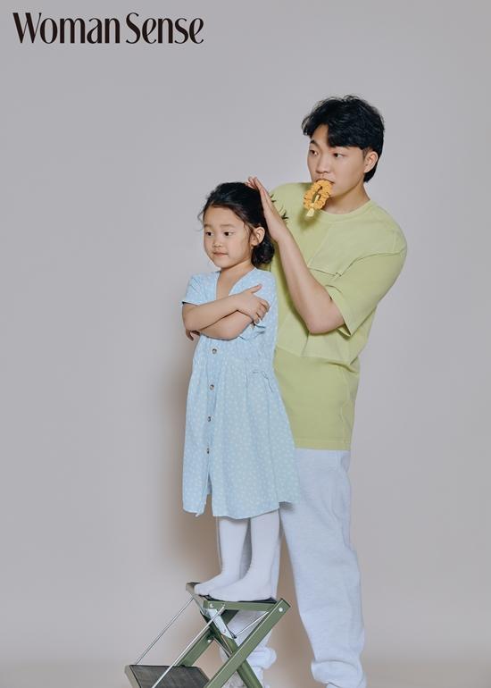 유튜버 최고기와 그의 딸 솔잎/사진제공=우먼센스