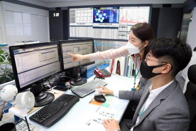 [서울=뉴시스]공매도 부분 재개가 이뤄진 3일 서울 여의도 한국거래소 공매도모니터링센터에서 직원들이 공매도 상황을 점검하고 있다. (사진=한국거래소 제공) 2021.05.03. photo@newsis.com  *재판매 및 DB 금지