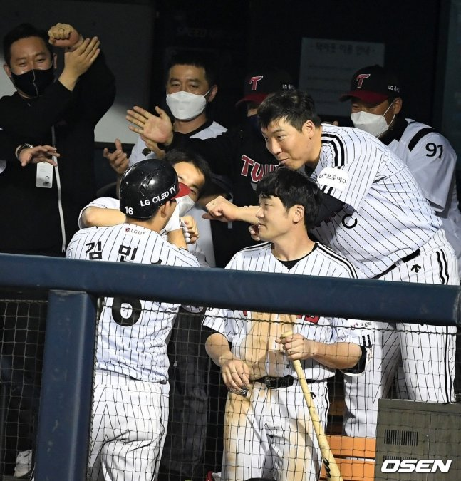 LG 김현수(오른쪽)가 더그아웃에서 세리머니를 하고 있다.