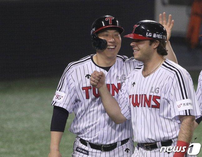 LG 김현수(왼쪽)와 라모스.
