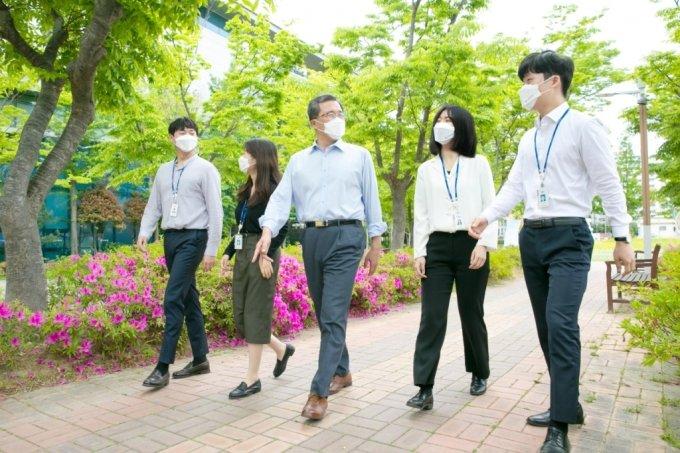 문성유 캠코 사장(한 가운데)이 임직원들과 ESG 경영 실천을 위한 '1억 걸음 기부 캠페인'을 시작하며 공원을 걷고 있다. /사진제공 KAMCO