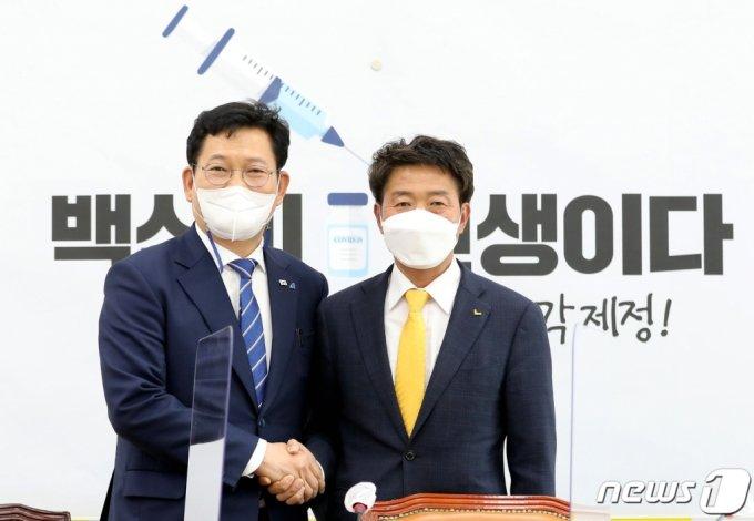 송영길 더불어민주당 신임 대표(왼쪽)가 3일 오후 서울 여의도 국회에서 정의당을 예방해 여영국 대표와 기념사진을 찍고 있다. /사진=뉴스1