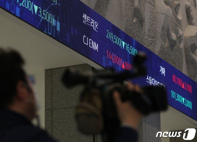(서울=뉴스1) 신웅수 기자 = 코스피200·코스닥150 등 대형주에 대한 공매도가 재개된 3일 오후 서울 여의도 한국거래소 전광판에 셀트리온의 종가가 표시되고 있다.  2021.5.3/뉴스1